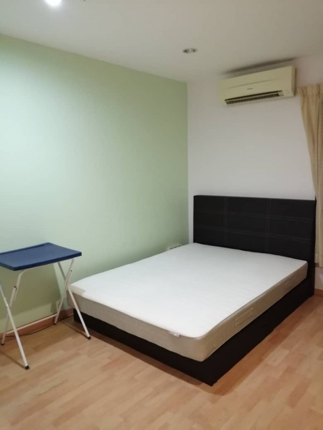 Middle room for rent